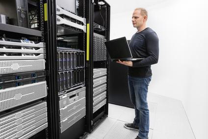 IT Consultant überwacht Server im Rechenzentrum